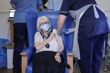 Une femme de 88 ans reçoit une dose de vaccin contre le Covid-19, à Hamilton (Ecosse), le 14 décembre 2020.