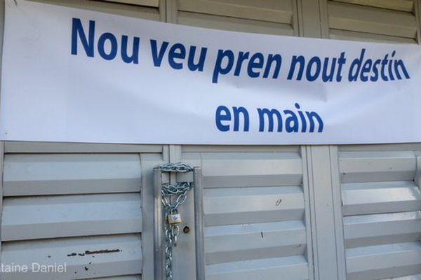 Mairie cadenassée Saint-Louis