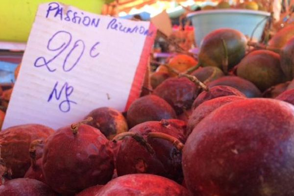 Des fruits de la passion sur le marché du Chaudron à La Réunion.