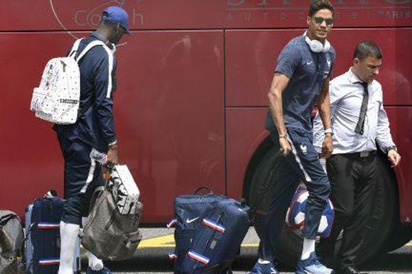 Paul Pogba et Raphaël Varane avant de prendre leur avion pour la Russie