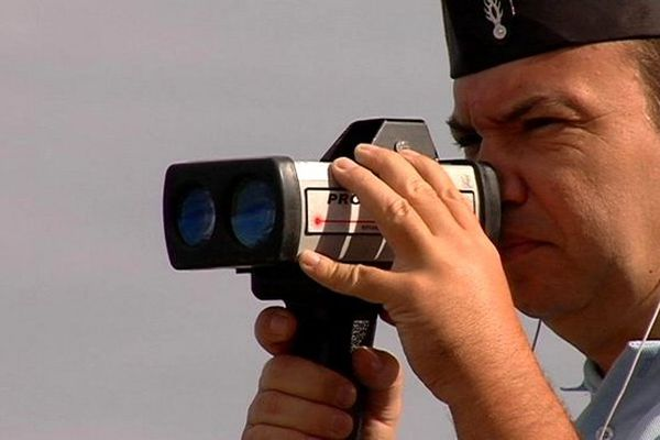 Radar : gendarme avec jumelles