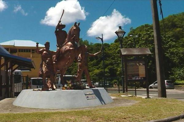 Statue à l'entrée de rivière Pilote