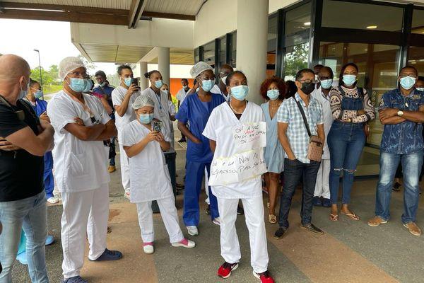 Mobilisation sur le parvis du CHOG contre le pass sanitaire