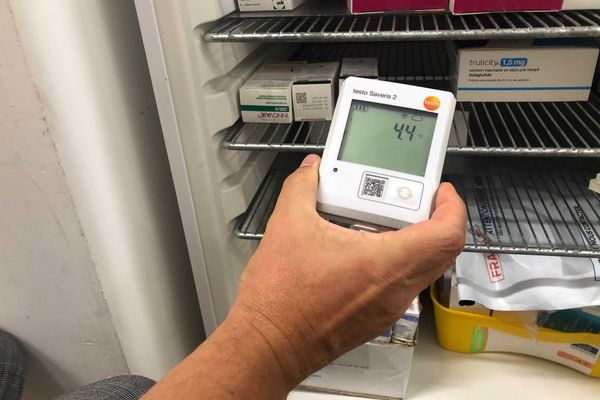 Le flacon pfizer est conservé dans le frigo d'un pharmacien, idéalement entre 4 et 6 degrés