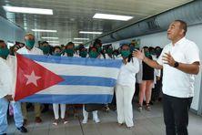 À la Jamaïque, la délégation de médecins et d'infirmières cubaines est accueille par Dr. Christopher Tufton, ministre de la santé.