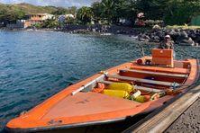 Jean-Guy dans son bateau à quai.
