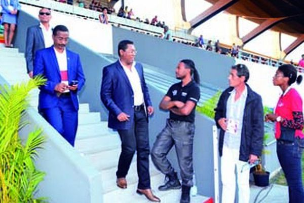 Ministre malgache quittant le stade