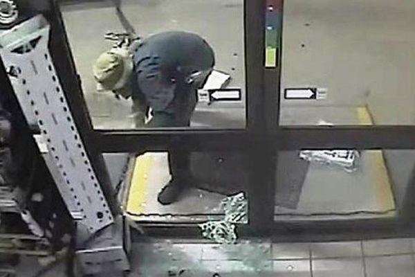 un homme essaie de voler un distributeur de billets en australie