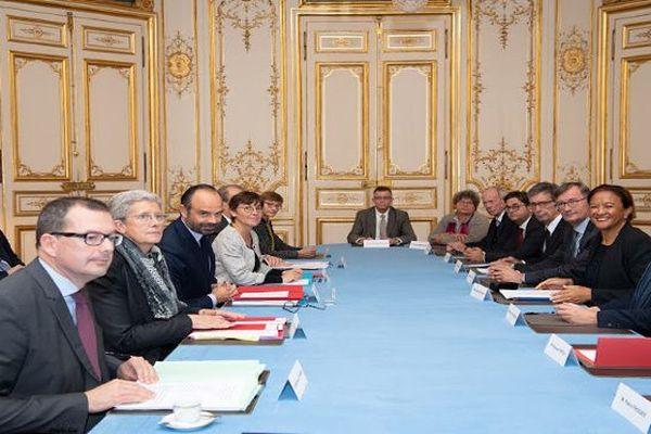Remise du rapport sur l'amélioration de l'indemnisation des victimes des essais nucléaires à Matignon