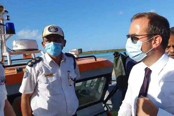 Sébastien Lecornu sur le site du naufrage du Wakashio à Maurice