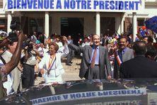 le président Jacques Chirac et la présidente RPR du conseil régional de la Guadeloupe, Lucette Michaux-Chevry saluent la foule, le 09 mars 2000 à la mairie de Basse-Terre.