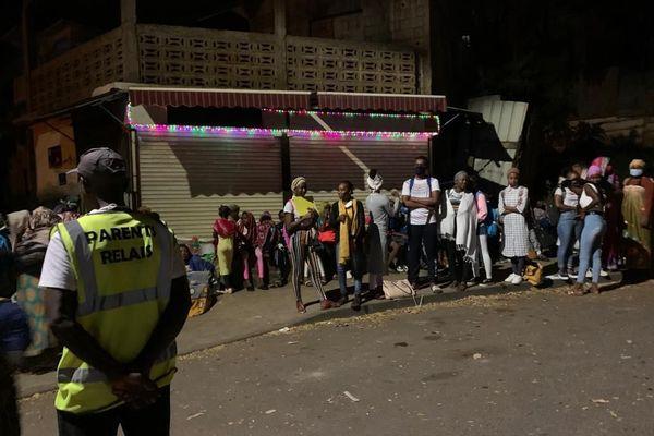 élèves à un arrêt de bus