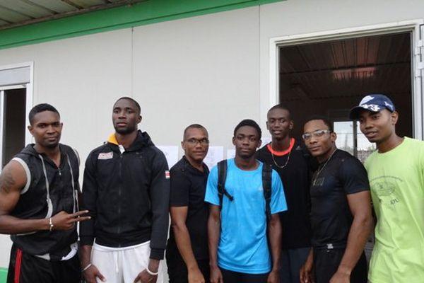 Les champions avant leur 200 mètres à Kourou