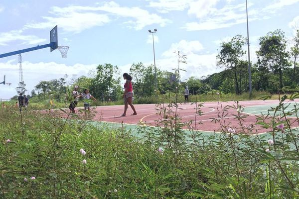 Terrain de sport non entretenu de la Carapa à Macouria