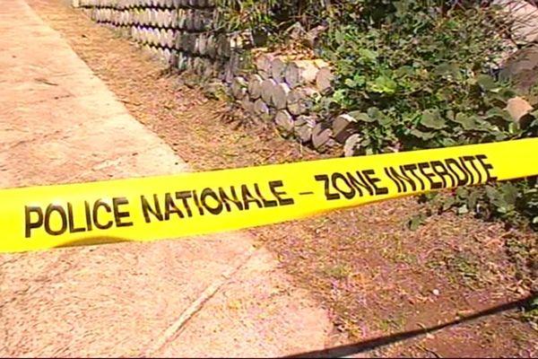 """Police - zone interdite - """"banderole délimitant une scène de crime"""""""