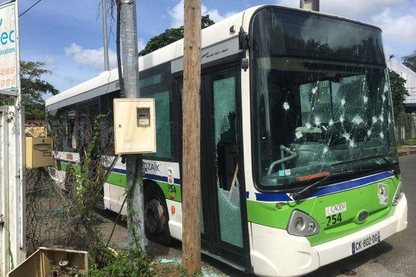 Un bus saccagé dans le quartier de Bois Carré au Lamentin