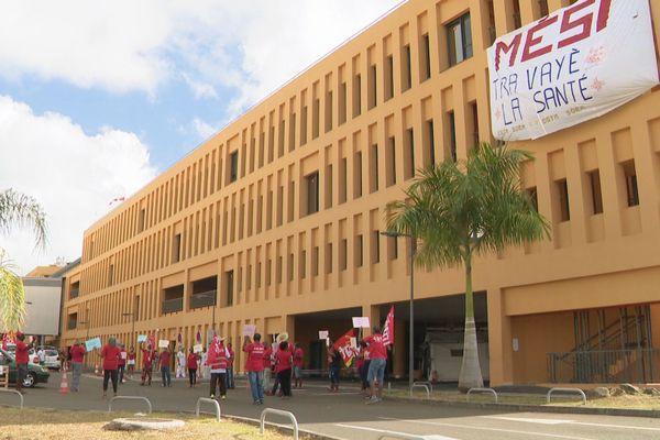 Manifestants devant hôpital