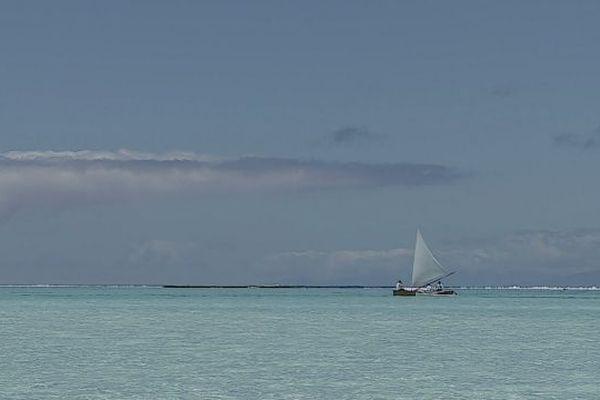Au coeur du lagon de Tetiaroa en pirogue à voile