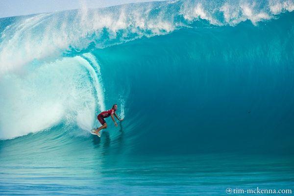 Le surfeur australien Owen Wright démarre sur une vague qui sera notée 10/10
