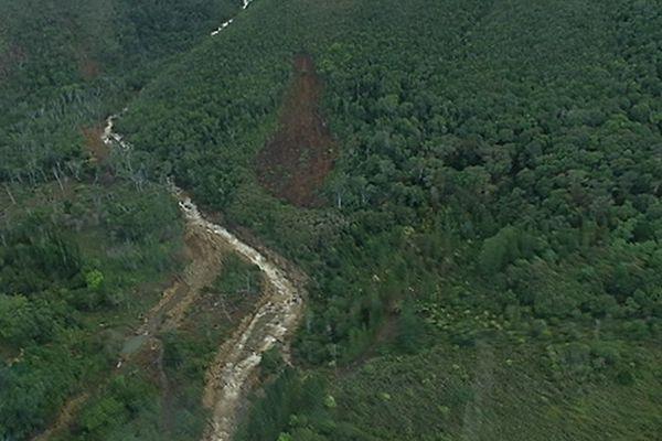 Cascades et éboulements dans la chaîne