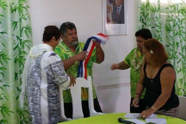 Patrice Jamet remet son écharpe de maire de Mahina à Damas Teuira.