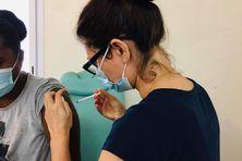 Élodie Marnas, sage-femme à Poindimié vaccine chaque mercredi