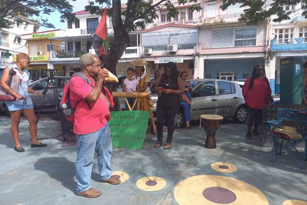 Militants devant le palais de justice