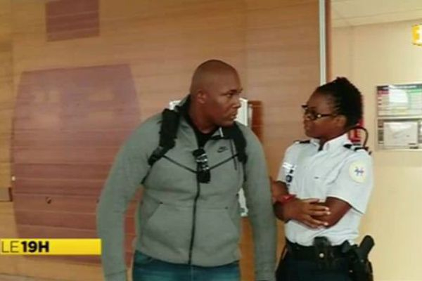 Kevin Philippy en discussion avec une policière en martinique