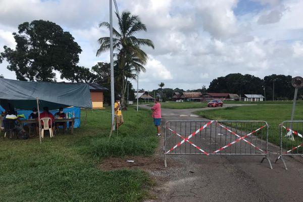 L'entrée du village Sainte-Rose de Lima barricadée