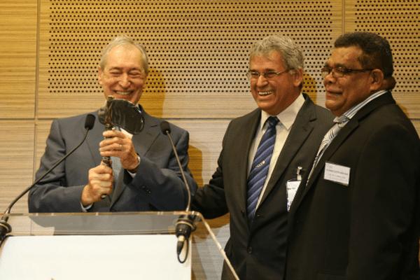 Eric Gay et Alphonse Poininé remettent une hache traditionnelle à Jacques Pélissard