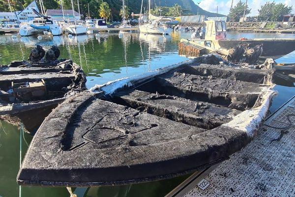 Canot brûlé à la Marina