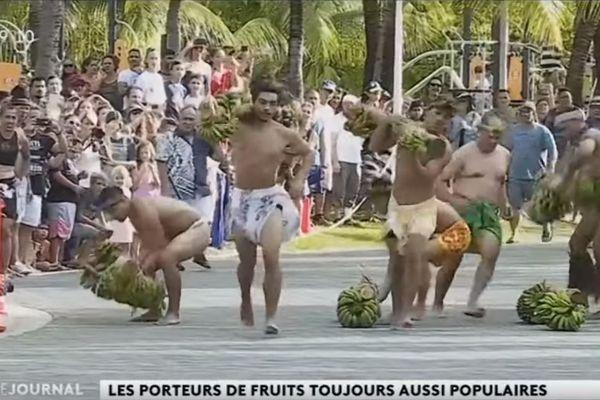 Heiva Tu'aro Maohi, course de porteurs de fruits