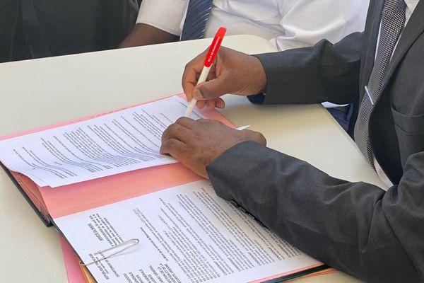Signature de l'arrêté municipal portant interdiction de la vente à la sauvette à Mamoudzou