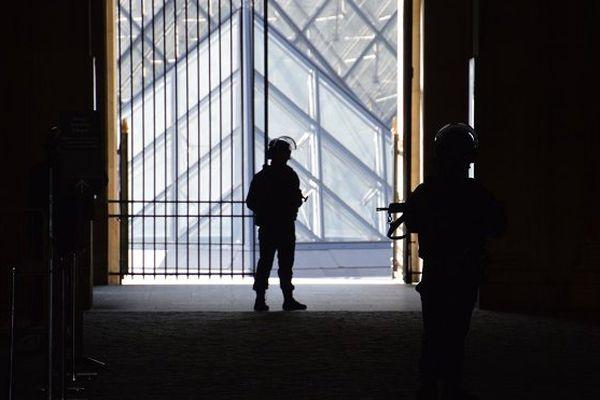 Militaire blessé Carrousel du Louvre