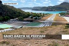 Atterrissage sur la piste de l'aéroport de Gustavia (Saint-Barthélémy) où la population attend le retour des touristes maintenant que la pandémie Covid-19 diminue