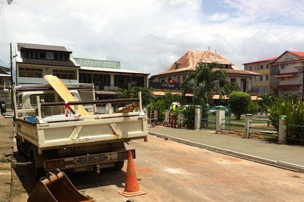 Les travaux sur les trottoirs au abords du marché de Cayenne