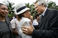 Le Premier ministre Dominique de Villepin salue la sénatrice Lucette Michaux Chevry à Bouillante, le 12 octobre 2006.