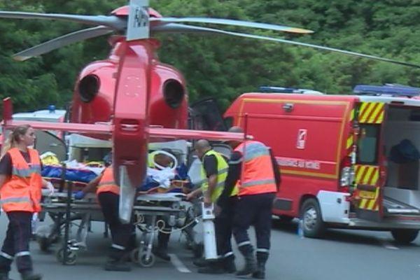 Les pompiers transfèrent le blessé vers le véhicule de secours