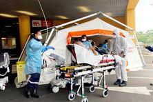 Prise en charge de nouveaux malades atteints de la Covid-19 sous des tentes installées près des urgences du CHU de La Meynard (juillet 2021).