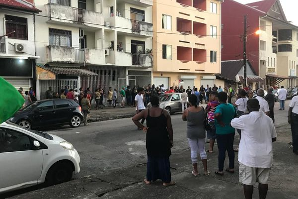 Rassemblement citoyen à la rue Barrat suite au meurtre d'un propriétaire