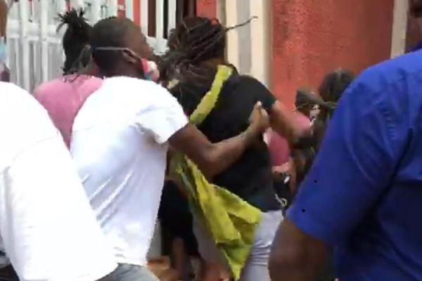 Manifestants aux portes de la mairie de Fort-de-France