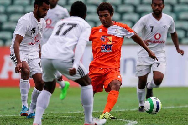Jim Ouka, pressé par trois fidjiens de Suva F.A