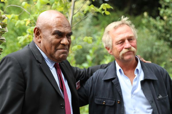 Le député européen José Bové, proche de Bergé Kawa, devant l'orme blanc planté pour l'occasion