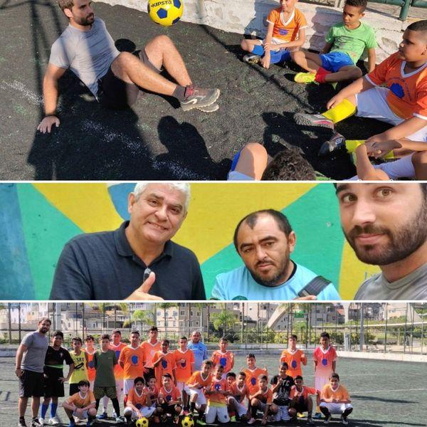 Romain enseigne les bases du foot dans les favelas de Rio