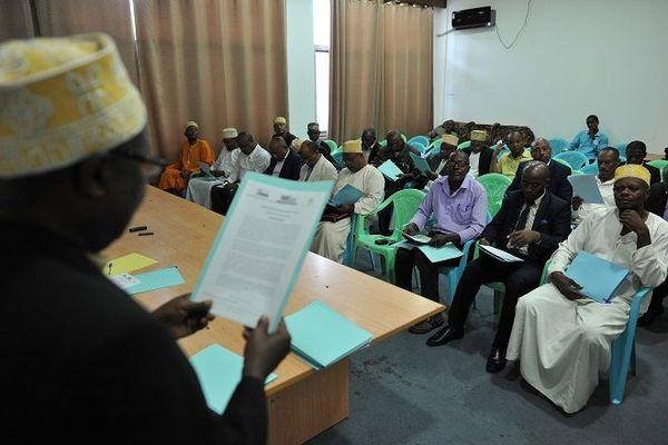Les députés de l'opposition lisent entre eux une déclaration proposant d'arrêter un référendum lors d'une conférence de presse le 28 juillet 2018 dans les bâtiments du parlement à Moroni.