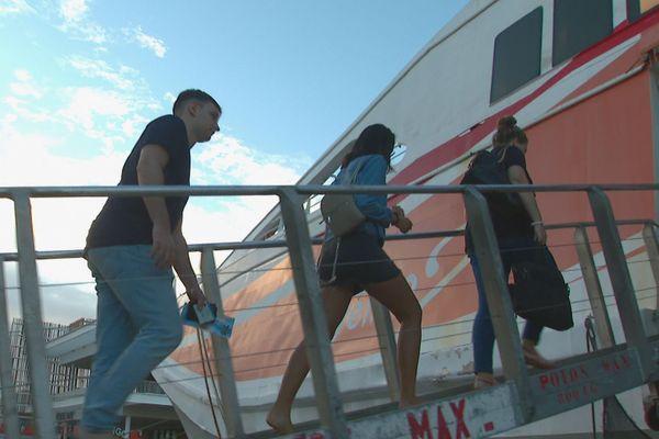 Passagers montant à bord du Betico