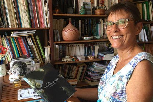 Claudine Jantet dans sa bibliothèque