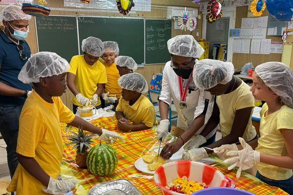 La cheffe Katia Deprez avec des élèves de l'école Caman