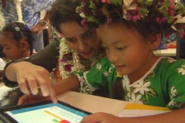 Najat Vallaud-Belkacem avec une élève de l'école de Huahine
