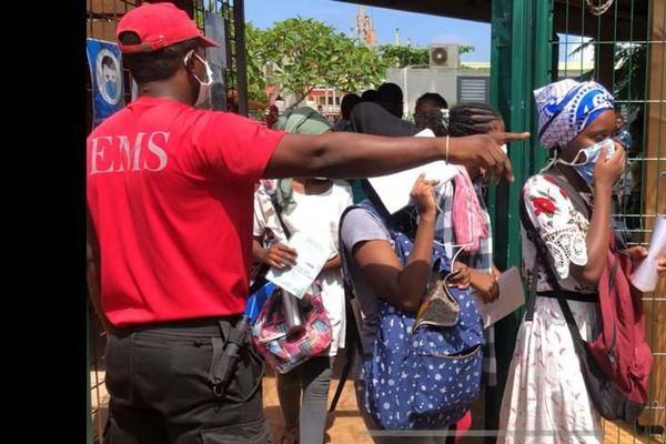 Les élèves qui avaient trouvés refuge au lycée de Kahani sont évacués